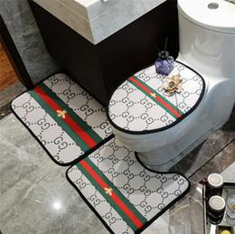 Alfombras de rayas online-Alfombra de baño 3 UNIDS Establece Nueva Raya Alfombra de baño antideslizante Marca de Moda Carta de Impresión Cubierta de Asiento de Inodoro Cojín Del Asiento