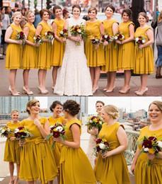 Matrimonio giallo spiaggia abito online-2020 nuovo arrivo giallo abiti da damigella d'onore chiffon gioiello collo telai estate spiaggia breve volant per abito da sposa ospite abiti da damigella d'onore