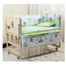 Berços conjuntos de cama on-line-5 pcs Macaco Bonito Do Berçário Do Bebê Jogo de Cama Fit 120x60 cm Berço de Algodão Acolchoado Bumper Baby Nursery Bedding Conjuntos Dos Desenhos Animados Berço Bumper