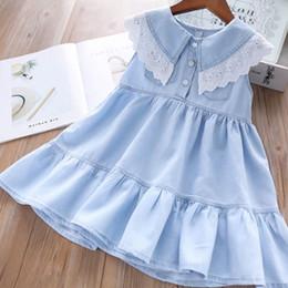 2019 New Kids летние платья девушки кружева полые вышивки отворотом джинсовой принцессы платье детей двойной карман мягкий ковбой платье falbala F6140 от