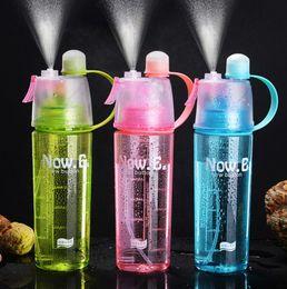 Botellas de spray de plástico azul al por mayor online-600 ml Spray Deportes Botella de agua Deportes al aire libre Portátil azul rosado Hervidor de agua botella de plástico para acampar al por mayor