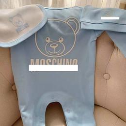 Babero online-Baby Bear Jumpsuits + Hat + Bib 3 PC Set Otoño 2019 Ropa infantil Boutique Infant Toddler Boys Girls Manga larga Body