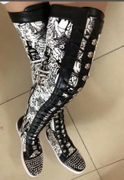 couro sobre botas de joelho homens Desconto NOVAS Sapatilhas Designer Red Bottom Moda sapatos de Camurça spike Homens De Luxo Mulheres Rebite coxa botas de alta Festa de Casamento De Couro over-the-knee botas