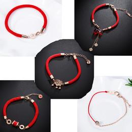 2019 varietà di rosa rossa Fashion quest'anno braccialetto rosso varietà delle donne di oro rosa titanio acciaio corda rossa alfabeto braccialetto all'ingrosso di gioielli varietà di rosa rossa economici