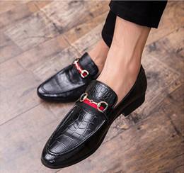 Pantalones de cuero hechos a mano hombres online-Mocasines casuales de los hombres de la moda 2019 Slip-on zapatos de vestir hechos a mano zapatillas de fumar hombres pisos boda zapatos