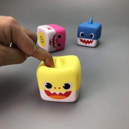 включить музыку Скидка Дети Детские акула игрушки LED освещенные игрушки Музыкальная шкатулка Утешитель игрушки играть в воде пение песни мягкие пластиковые подарки с коробкой бесплатно DHL