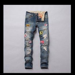 2019 hosen kleine männer Die Jeans der heißen Art-Männer stickten Abzeichen Pipped Trend Small Straight Tube-Jeans-Mode-Euramerica-Druck-Retro-Hosen der Männer günstig hosen kleine männer
