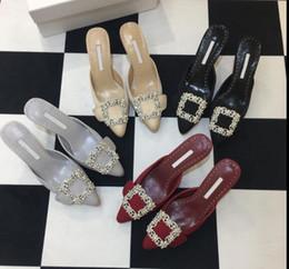 2019 sandálias de seda flores Sapatos de salto fino feminino 2019 flor fivela de diamantes de salto alto apontou sandálias chinelos novos strass seda de seda sapatos de cetim sandálias de seda flores barato