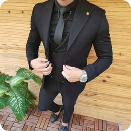 2019 groomsmen smoking preto prata Ternos dos homens negros para o Casamento Noivo Smoking Do Casamento Padrinhos Ternos 3 Peças Casaco Calças Colete de Pico de Largura Lapela Magro Terno Masculino Festa de Formatura groomsmen smoking preto prata barato