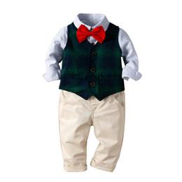 Старая детская жилетка онлайн-2019 Baby Boy Одежда Наборы Джентльмен Одежда Хлопок в полоску рубашка + жилет + нагрудник 3 шт. Наряды Bebes костюмы от 1 до 5 лет