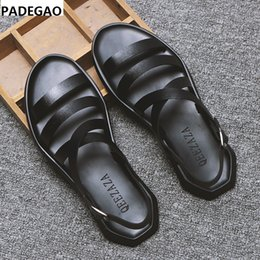 2019 tendência de sapatos abertos 2019 verão novos sapatos masculinos de couro sandálias open-toe praia ocasional Roman tendência chinelos masculinos tendência de sapatos abertos barato