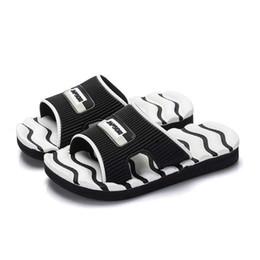 Canada Enfants Pantoufles Garçon Intérieur Sandales Antidérapantes Doux et Confortable Noir Blanc Rose Stripe Filles Chaussures De Plage 2019 Pantoufles D'été # 10 Offre