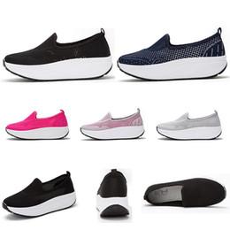 zapatos de mujer totalidades Rebajas venta entera de Deportes de Verano ejecutan las mujeres zapatos respirables del tamaño negro gris oscuro azul rosa Hollow formadores al aire libre las zapatillas de deporte 35-42