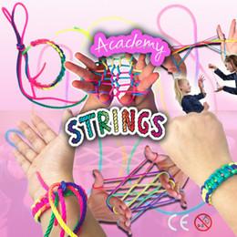 Giocattoli nostalgici all'ingrosso dello strumento del gioco del dito della corda dell'arcobaleno delle corde variopinte all'ingrosso Regali dei giocattoli operati di sviluppo di intelligenza della novità da