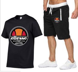 I joggers si adattano online-Designer Summer Shirt + Shorts Mens Tuta da uomo Stall Colletto V-Neck Maniche corte Pullover con pantaloni casual Jogger Pantaloni Homme Sportsuit