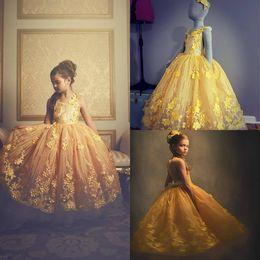 fotos chicas lindas chicas Rebajas Lindos vestidos de niña de flores amarillos Cuello de joya Encaje 3D con apliques Una línea Vestido de desfile de chicas Cuadros reales Vestido de fiesta para niños Ropa de fiesta