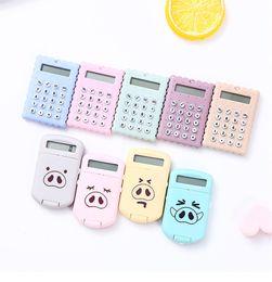 Mini maiali di plastica online-Pig Design Calculator Carino Mini plastica contatore Coin Batterie Candy Colore Creativo Magnetic Student Card Calculadora Scuola Forniture per ufficio