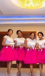Mais tamanho vestido branco rosa quente on-line-Vestido de dama de honra africano curto bonito mais o tamanho laço branco saia rosa quente com mangas uma linha barato vestidos de festa de noite de baile de finalistas de dama de honra