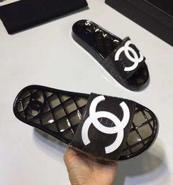 2020 zapatillas planas de marca Las mujeres con marca de PVC blando Inicio Zapatilla hombre de la manera de la letra de impresión de recibos El caucho de suela plana de diapositivas de la sandalia rebajas zapatillas planas de marca