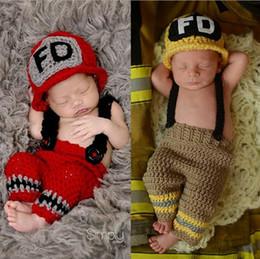 2019 großhandel neugeborene baby liefert Handarbeit häkeln Baby Feuerwehrmann Outfit Neugeborenen Foto Requisiten gestrickte Baby Kostüm Weihnachten Outfit Baby-Dusche-Geschenk