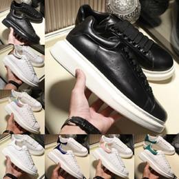 Hauteurs de massage en Ligne-2019 Alexander Mcqueens white leather Sneakers Casual Chaussures De Marche Hauteur Augmentant Le Confort Jolie Fille Femmes Baskets Noir Blanc Poudre Cuir Chaussures Hommes Femmes