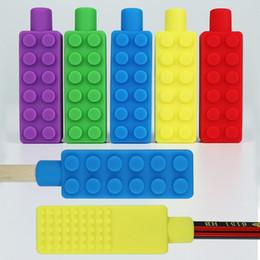 Ladrillo construido online-Collar de masticación sensorial Bloques de construcción Niños masticables Lápiz penetrante de silicona Mordedor Juguete Ladrillo masticador relajante para niños M156