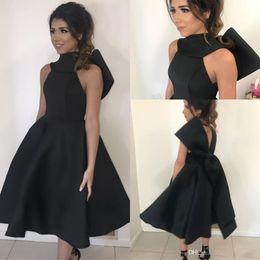 Платье из атласа атласа черного чая онлайн-2019 маленький черный чай длина платья выпускного вечера бальное платье с высоким вырезом с бантом атласное коктейльное платье плюс размер вечерние платья
