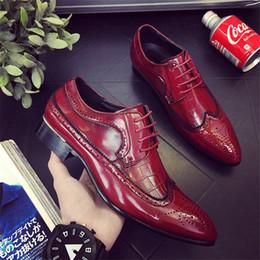 2018 diseñador de lujo de cuero Brogue para hombre zapatos de los planos Casual estilo británico hombres Oxfords moda marca zapatos de vestir para hombres de gran tamaño desde fabricantes