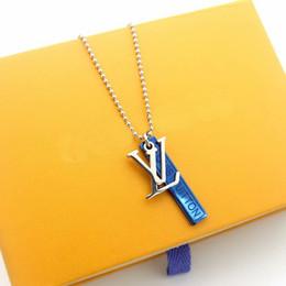 Collar de oro azul collar online-de acero de Europa América Moda señora de los hombres 316L de titanio Grabado V Carta de 18 quilates chapado en oro perlas Collares largos con Blue Square tarjeta Colgantes
