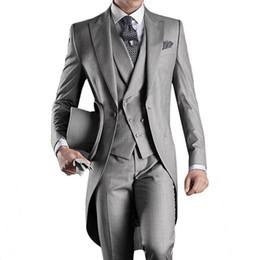 2019 trajes de fiesta grises para hombres Clásico novio Hombres juegos del juego de frac gris claro de la mañana encargo del baile de los padrinos de boda de los hombres de los smokinges (Jacket + Pants + vest) trajes de fiesta grises para hombres baratos