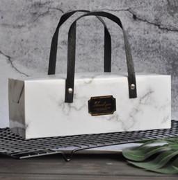 2019 documenti di supporto natale Scatola di carta elegante di progettazione di marmo con la scatola d'imballaggio del forno della scatola da pasticceria della maniglia 25 * 9.3 * 8.9cm 100pcs / lot Trasporto libero