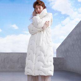 Chaquetas bordadas de seda online-mujeres de la chaqueta de invierno blanco plumón de ganso chaquetas de seda suave del lirio bordado de Down para mujer esquimal de la manera ropa de abrigo abrigo