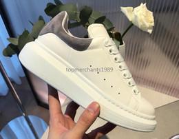 Scarpe in stile piatto online-Vari stili di lusso del progettista dei pattini casuali Mens delle donne degli addestratori della piattaforma del cuoio scarpe piane Chaussures qualità eccellente Suede Sneakers