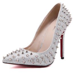 Sexy zapatos de tacones de colores en punta del dedo del pie puntiagudo mujeres bombas remache tachonado para el banquete de boda vestido de zapatos de tacón de aguja desde fabricantes