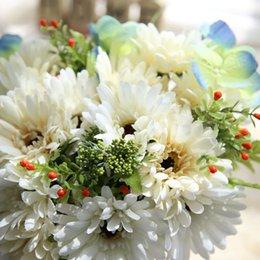 beliebte hochzeitsstrauß blumen Rabatt Simulationsblumen sind im Furoang Blumenstrauß, in der afrikanischen Chrysantheme, im Handhaus der Sonnenblumengroßhandelshochzeitszeremonie populär