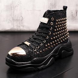 2019 botines negros con cordones Zapatillas deportivas para hombre Lentejuelas Bling Rivet Studs Botas altas Botas Zapatos Casual de cuero con cordones Punta de metal Negro Rojo Verde botines negros con cordones baratos
