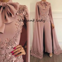 2020 cappellini Tuta musulmana Pagliaccetti con mantello per Donna Dusty Pink Beaded Lace Applique Evening Pants Dubai Abiti da ballo arabi cappellini economici