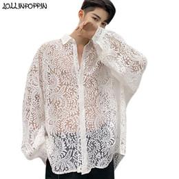 Camisas sueltas transparentes online-Camisa de encaje floral extragrande con hombros descubiertos para hombres Camisa de manga larga semitransparente de estilo real Camisa suelta sexy para hombre
