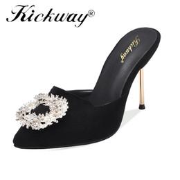23422f21a4 Mulheres Slides De Salto Alto Verão Quente Mulheres Chinelos Sexy Dedo  Apontado Ao Ar Livre Senhoras de Cristal Decoração Bombas Sapatos Tamanho  Grande ...