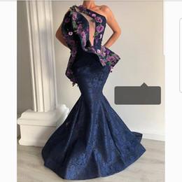 Um vestido decote ombro formal on-line-Marinho escuro Lace Prom Vestidos Longo Um Ombro Peplum Apliques Aberto Decote Sereia Vestidos de Noite Mulheres Elegantes Vestido Formal Vestido de Festa