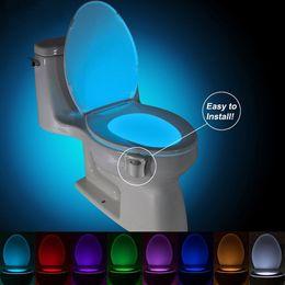 Baños automáticos online-LED de luz higiénico noche de la lámpara elegante cuarto de movimiento humano activado PIR 8 colores RGB automática de luz de fondo de la taza del inodoro Luces