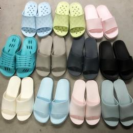Argentina Zapatillas baratas zapatillas 2019 venta al por mayor Zapatillas de hombre Casual Zapatos blancos y antideslizantes Diapositivas Baño Sandalias de verano Suela suave Chanclas Suministro