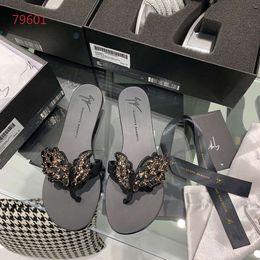 Top qualité filles pantoufles chaussures d'extérieur sandale talon plat décorer avec la taille de l'aile 35 -39 été ? partir de fabricateur