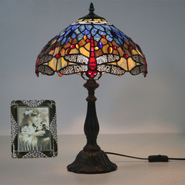 Vetro macchiato di libellula online-12 Inch Stained Glass Table Lamp europea Vintage Dragonfly Glass Art Luster Lampada Living Room Hotel Bedside Lamp Light Fixtures