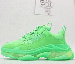 Barato nueva moda papá diseñador de zapatillas casuales Paris Triple S zapatos de senderismo a la venta hombres y mujeres zapatos casuales verde desde fabricantes