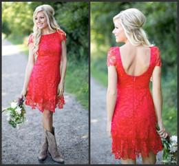 Vestidos de dama de honor nuevos cortos online-2019 Nuevo Red Full Lace Corto Longitud de la rodilla Vestidos de dama de honor Estilo de país rural Cuello redondo Casquillo Mangas Mini Backless Vestidos de damas de honor 1313
