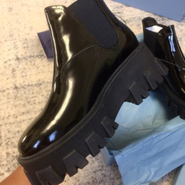 Botines británicos online-Zapatos de diseñador para mujer Botas de charol blancas Moda británica Botas de punta redonda Martin Botas de tacón grueso Punta redonda cortos 6CM Botines de tacón
