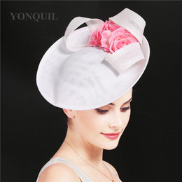 Rosa fascinators sinamay online-Imitazione Sinamay Bianco Affinamento Bianco Cappelli da fiore rosa Gorgeous Ladies Headwear Donne Big Derby Kenducky Loop Loops Paesaggio Libero nave