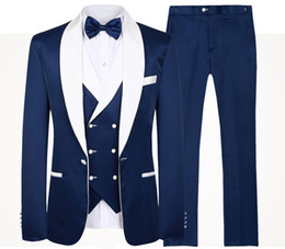 2020 tuxedo d'argento blu navy 2020 uomini blu Wedding Suits nuova marca Fashion Design reale Groomsmen Bianco Scialle risvolto smoking dello sposo Mens Tuxedo Wedding / Prom Abiti 3 Pezzi tuxedo d'argento blu navy economici