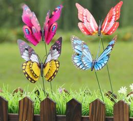 Decorazioni per insetti da giardino online-12 cm Colorful Due strati piuma Big Butterfly Stakes Ornamenti da giardino per feste Decorazioni per giardino esterno Gli insetti falsi liberano la nave
